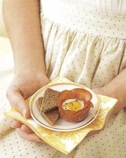 Quail_eggs_in_prosciutto_cups